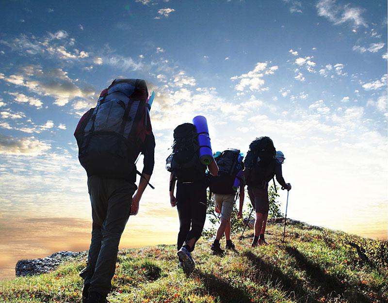 Пеший туризм - туристы в пешем походе